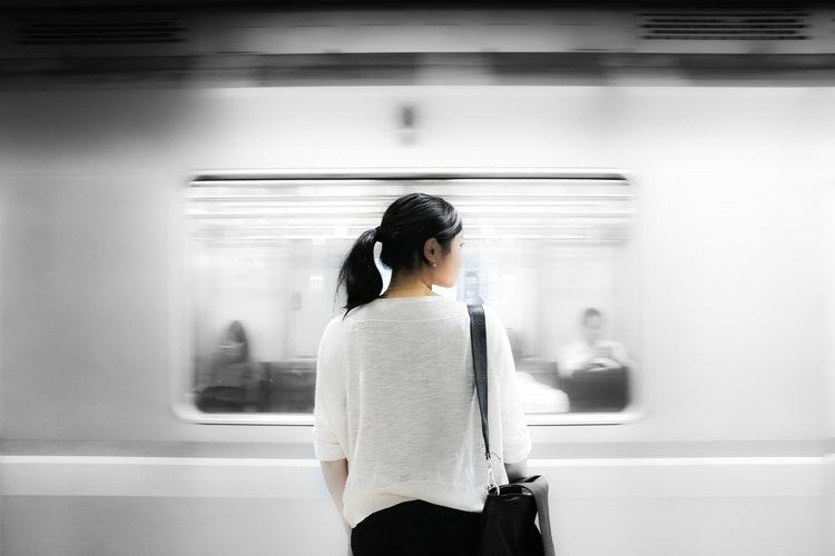 Kobieta stojąca tyłem