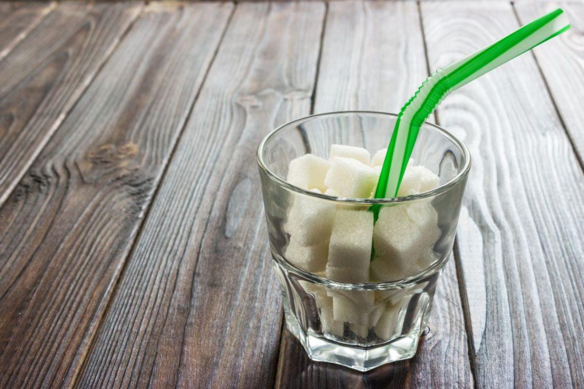Szklanka wypełniona kostkami cukru, jako porównanie szklanki piwa dla cukrzyka typu 2