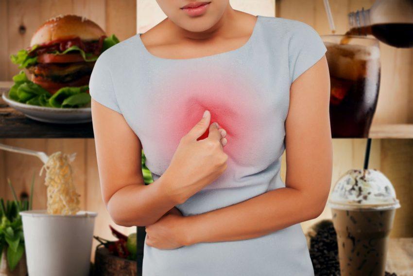 Kobieta z refluksem żołądkowo-przełykowym uciska klatkę piersiową