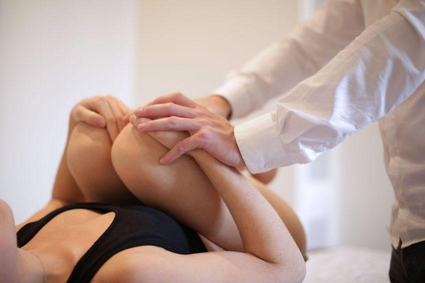 Rehabilitant ugina kolana kobiety w ramach leczenia rwy kulszowej