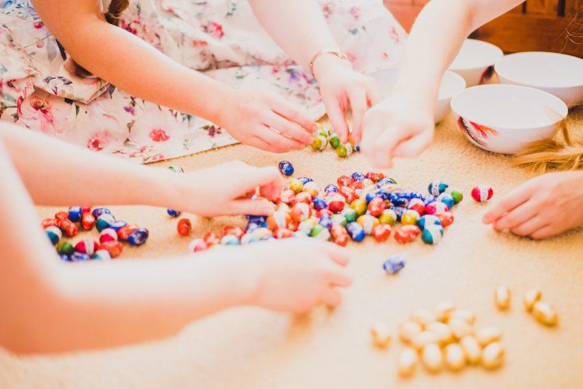dzieci siegające poo cukier