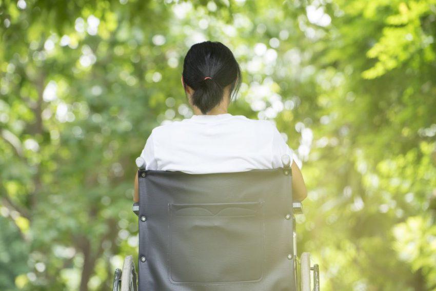 Kobieta na wózku z objawami stwardnienia rozsianego
