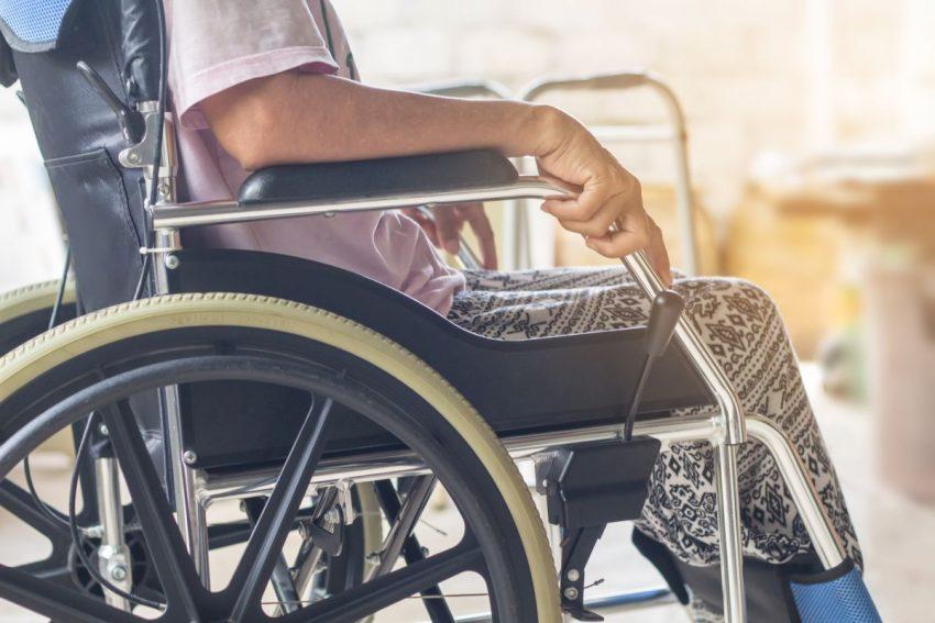 Mężczyzna na wózku chory na stwardnienie rozsiane boczne
