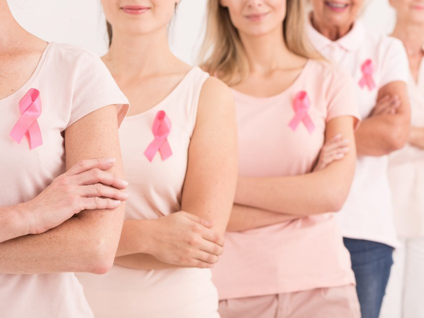 kobiety z różowymi wstążkami - symbol walki z rakiem piersi
