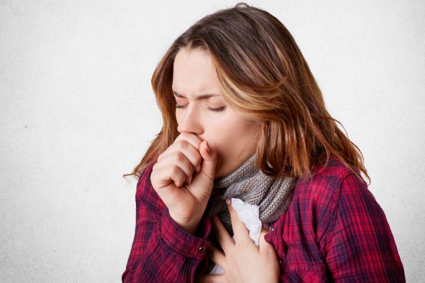 Kobieta kaszle z powodu zachłystowego zapalenia płuc