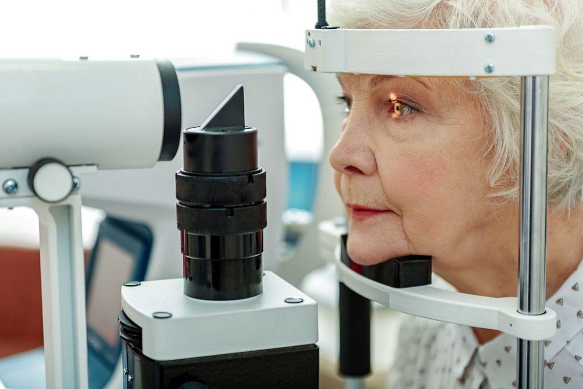Kobieta poddaje się leczeniu zaćmy