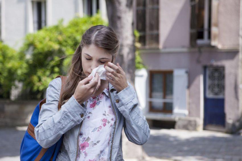 Kobieta ociera oczy z zapaleniem spojówek
