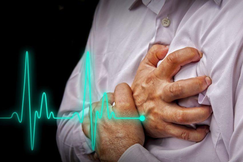 Mężczyzna z wynikiem badania EKG