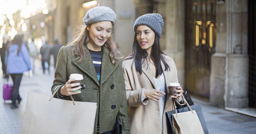 dwie z dziewczyny wracają z zakupów