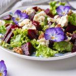 Sałatka: sałata, burak, fiołek trójbarwny