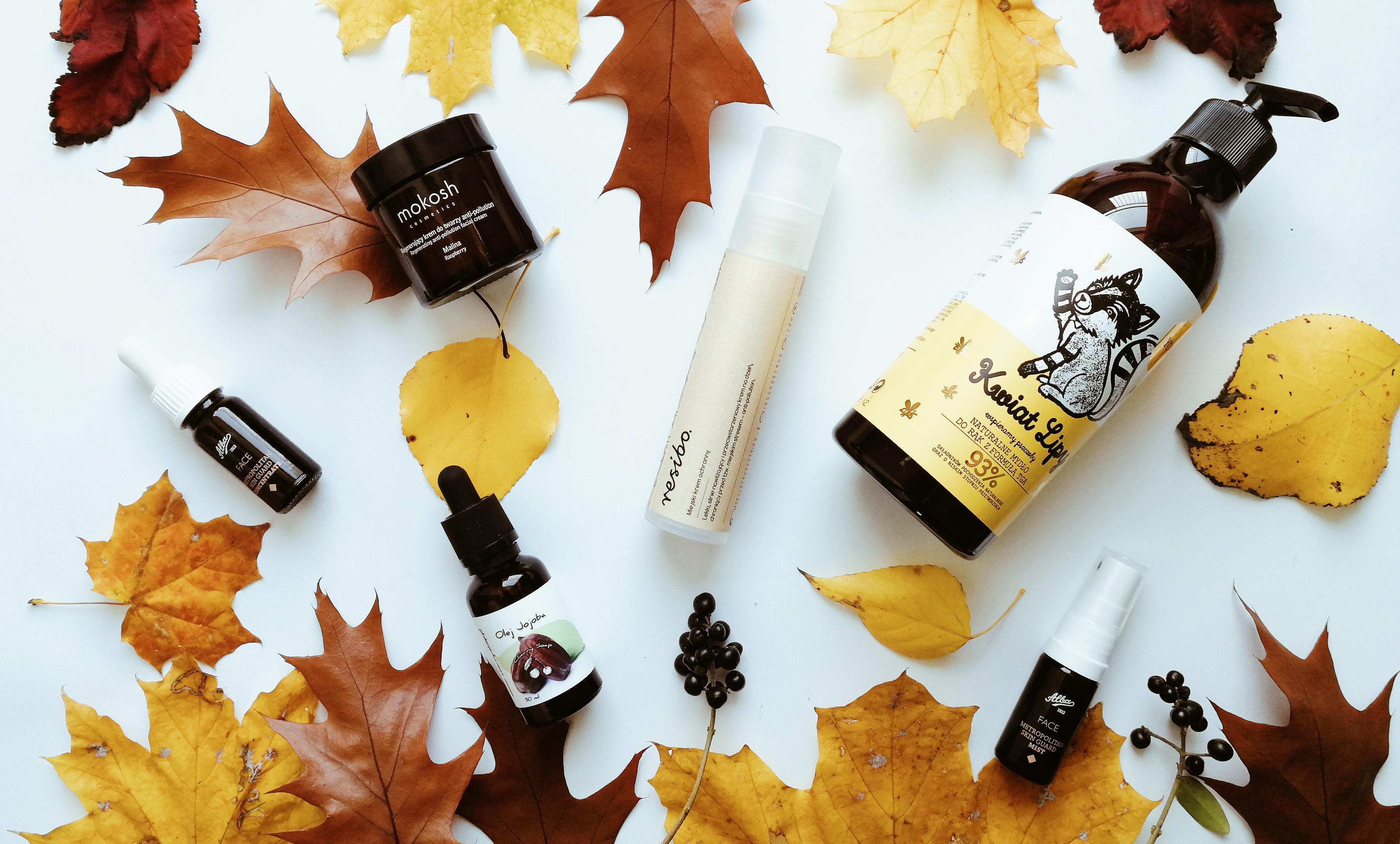 Kosmetyki ekologiczne w otoczeniu jesiennych liści
