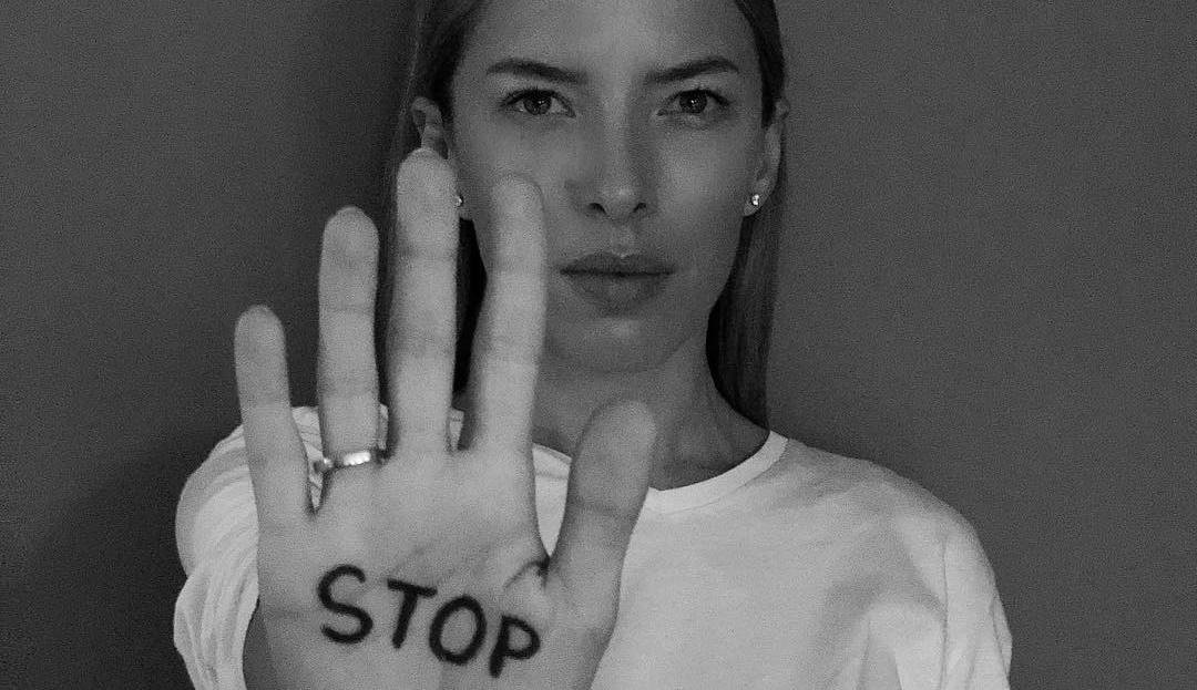 Ewa Chodakowska - czarno-białe zdjęcie z napisem STOP na dłoni