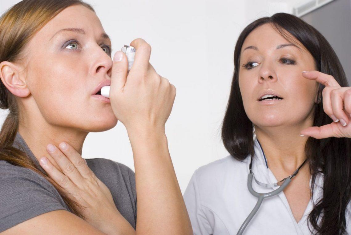 Kobieta z objawami astmy przyjmuje leki przy lekarce