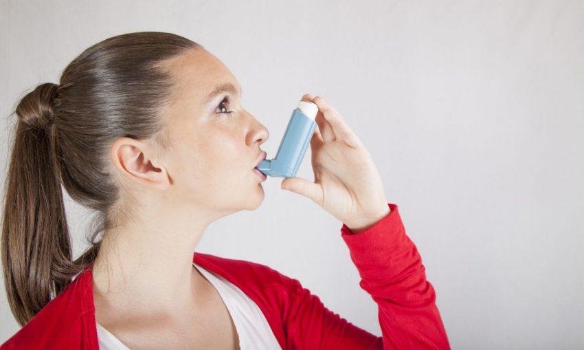Kobieta z astmą oskrzelową przyjmuje leki