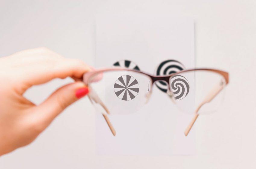 Widok zza okularów, jak widzi osoba z astygmatyzmem