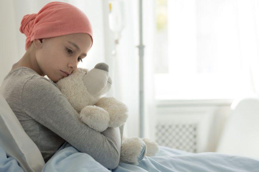 Dziewczynka chora na białaczkę leży w szpitalu