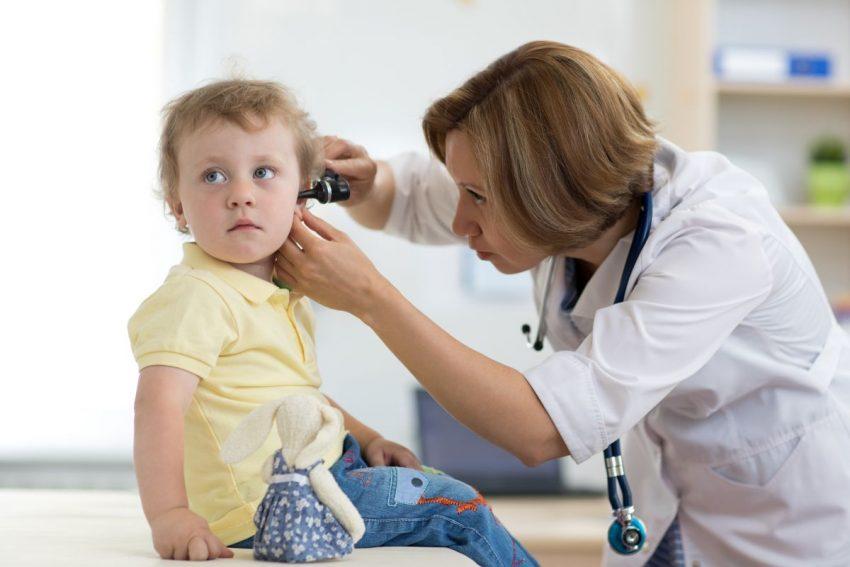Lekarka bada dziecko z bolącym uchem