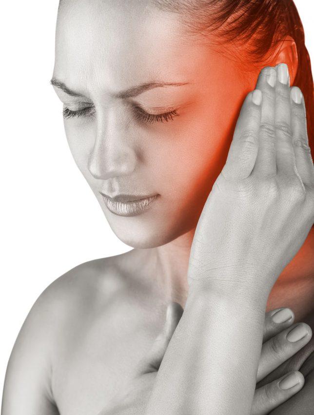 Kobieta trzyma się za ucho z powodu bólu ucha