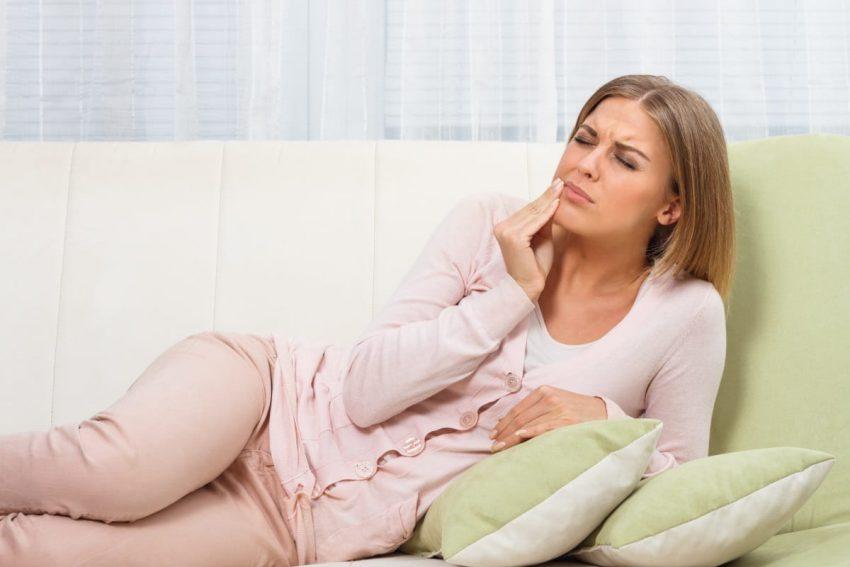 Kobieta w ciąży z bólem zęba