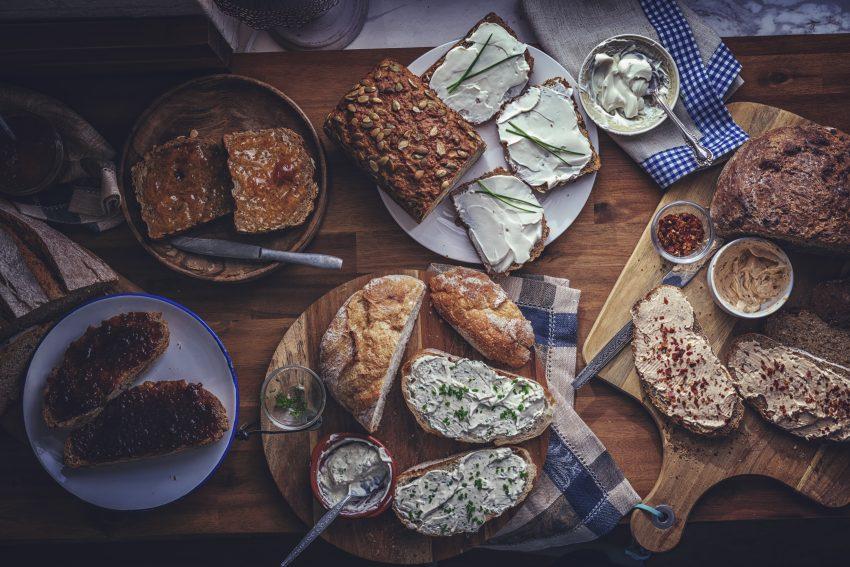Na stole kromki chleba, bochenek chleba