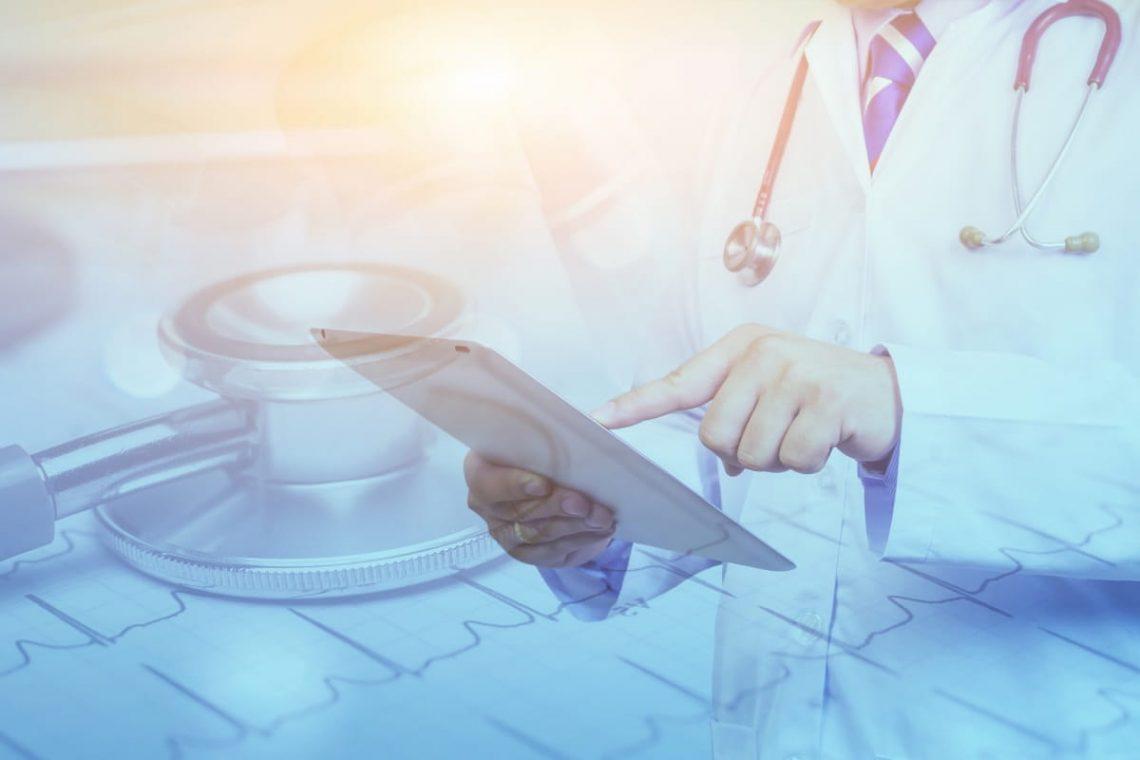 Lekarz z listą chorób autoimmunologicznych