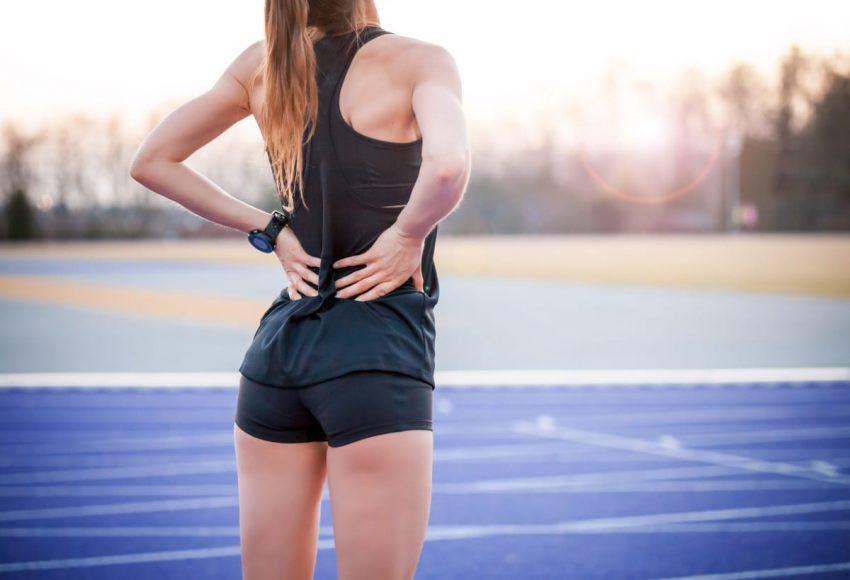 Kobieta wykonuje ćwiczenia na ból kręgosłupa