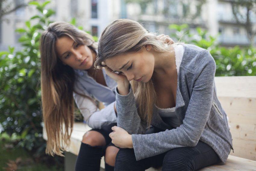 Kobieta wspierająca swoją koleżankę z depresją