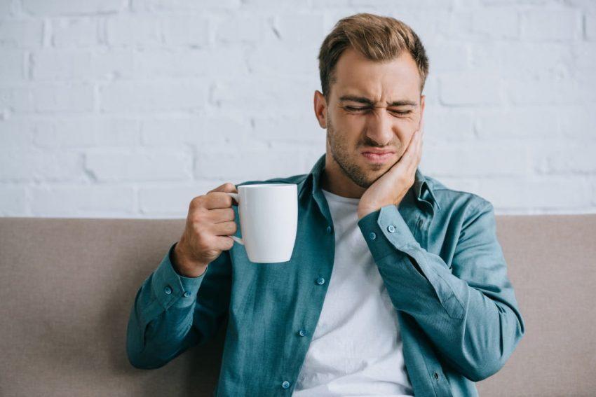 Mężczyzna leczy ból zęba domowymi sposobami