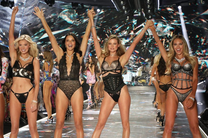 Modelki Victoria's Secret na wybiegu -Elsa Hosk, Adriana Lima, Behati Prinsloo, i Candice Swanepoel