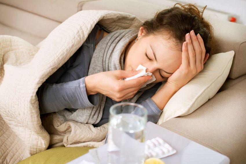 Kobieta chora na grypę bostońską leży w łóżku