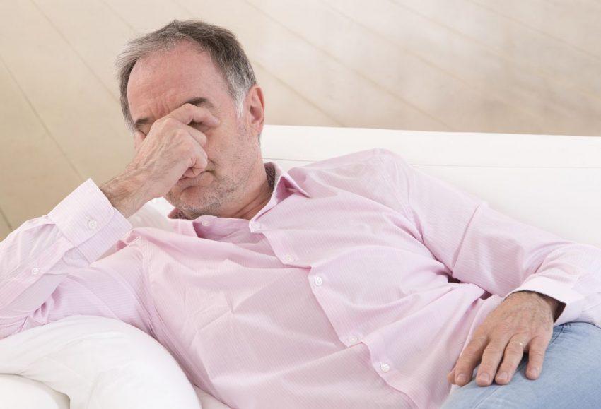 Mężczyzna z grzybicą penisa zastanawia się nad leczeniem