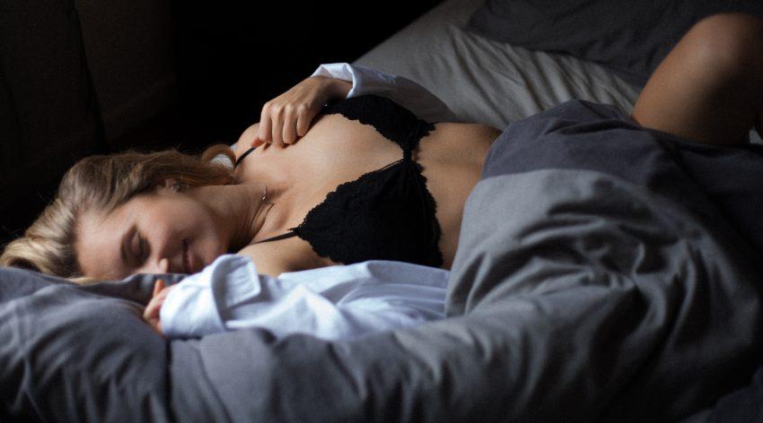 kobieta w łóżku rozkosz orgazm