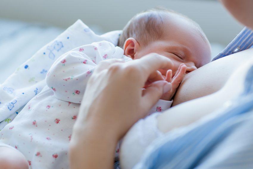 matka karmi piersią dziecko