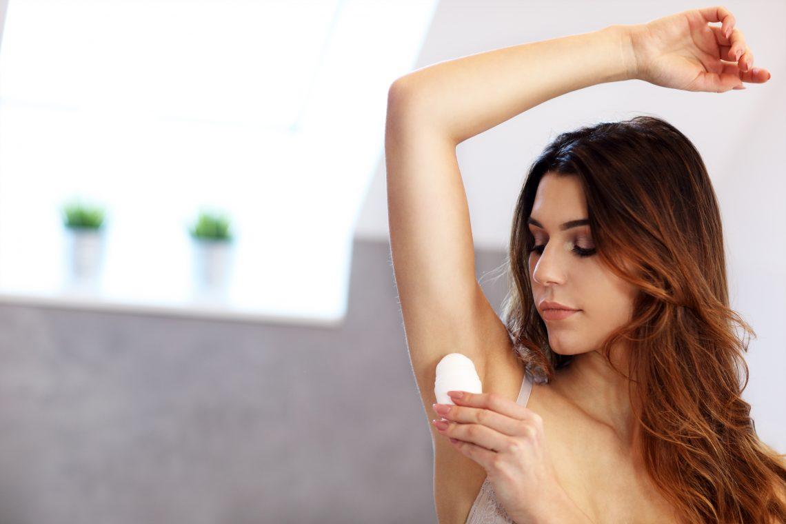 koebita aplikuje dezodorant pod pachą