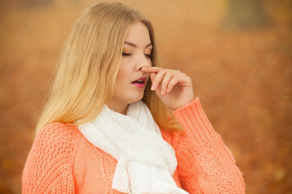Kobieta kicha z powodu kataru siennego