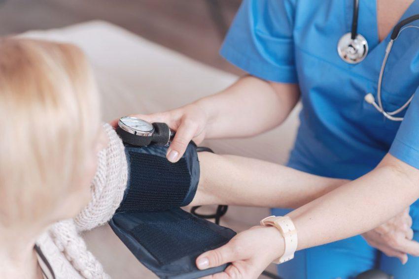 Lekarka mierzy ciśnienie kobiecie z nadciśnieniem