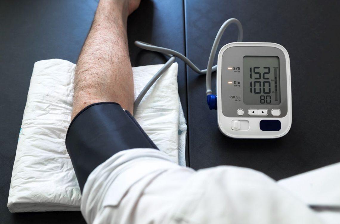 Mężczyzna z nadciśnieniem tętniczym mierzy swoje ciśnienie