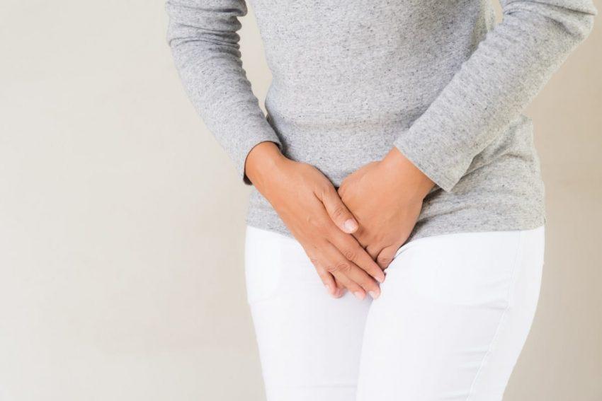 Kobieta zakrywa miejsca intymne z powodu nawracających infekcji