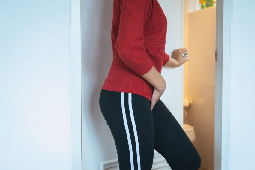 Kobieta, która ma problem z nietrzymaniem moczu idzie do łazienki