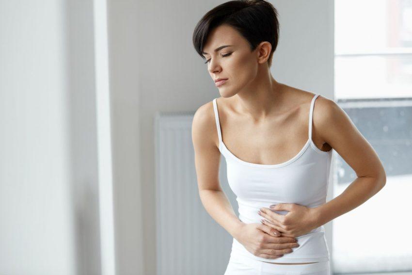 Kobietę boli brzuch
