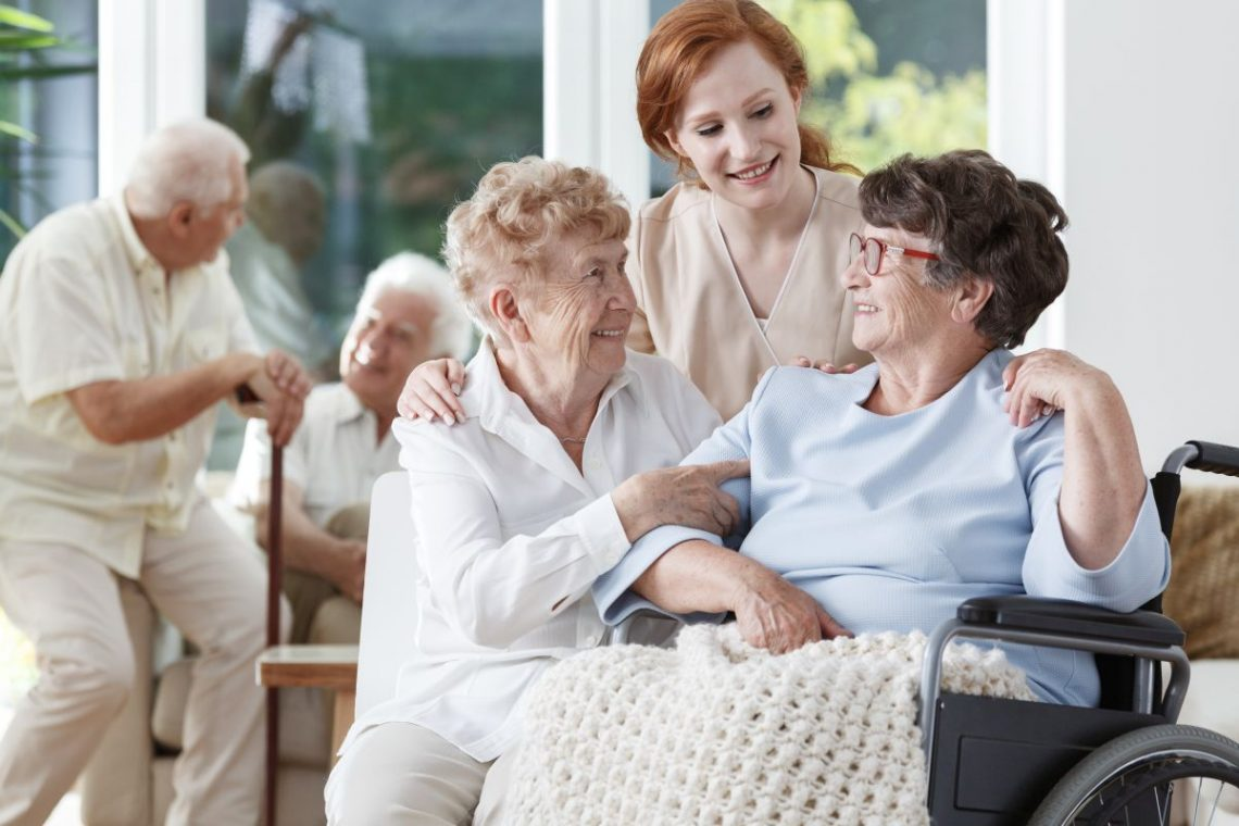 Pielęgniarka z dwoma kobietami podczas leczenia choroby Parkinsona