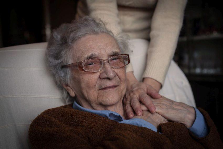 Starsza osoba z objawami Parkinsona