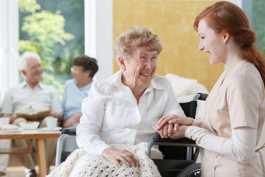 Starsza kobieta z chorobą Parkinsona podczas rehabilitacji