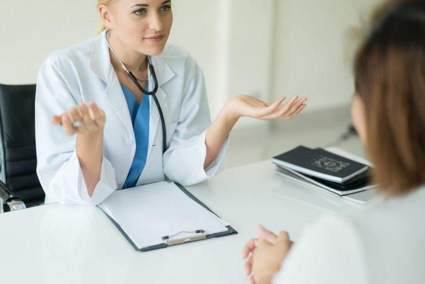 Lekarka przedstawia pacjentce z rakiem jajnika rokowania na przyszłość