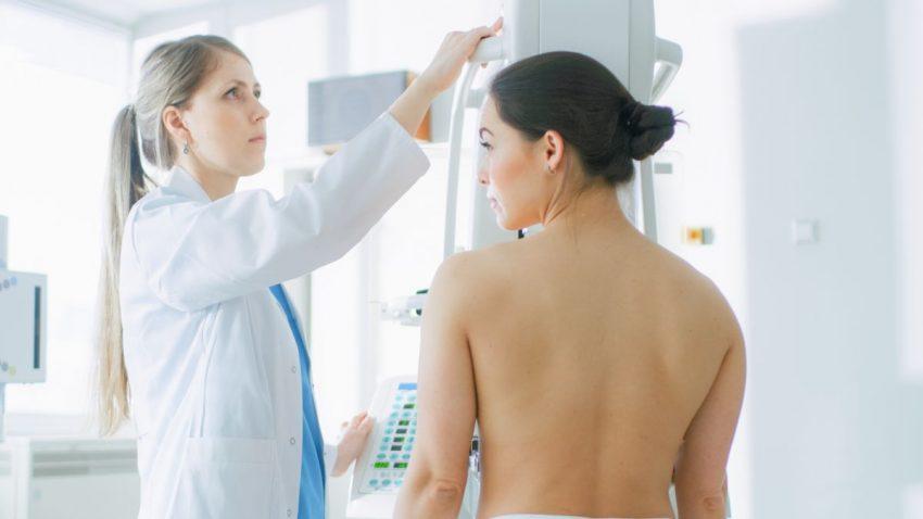 Lekarka robi badania kobiecie z objawami raka piersi