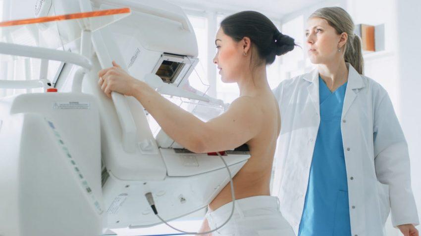 Kobieta poddaje się badaniu na wykrycie raka piersi
