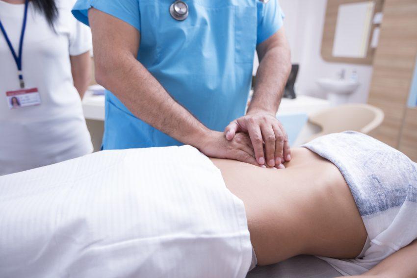 Lekarz bada śledzionę pacjentki
