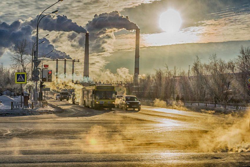 ruch uliczny, samochód, autobus, dym z kominów