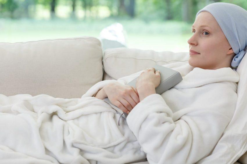 Kobieta z rakiem i torbielą na jajniku zastanawia się nad konsekwencjami