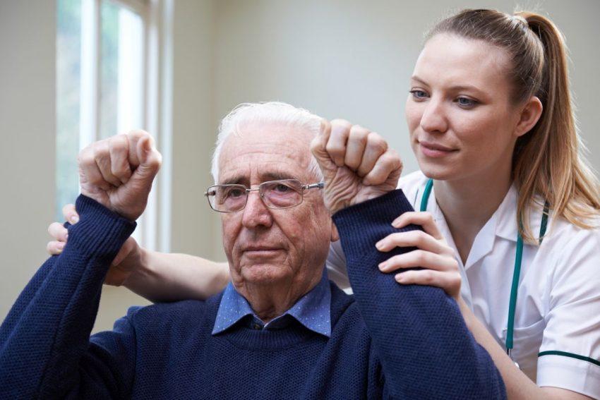 Lekarka prowadzi leczenie mężczyzny po udarze mózgu